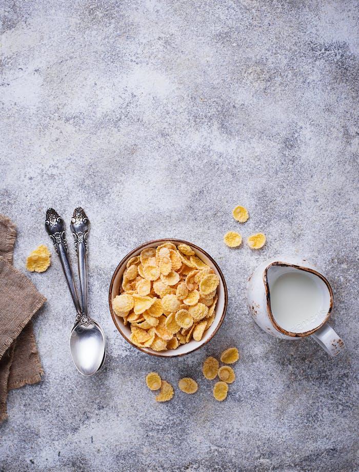Süße Getreide-Cornflakes in Schüssel