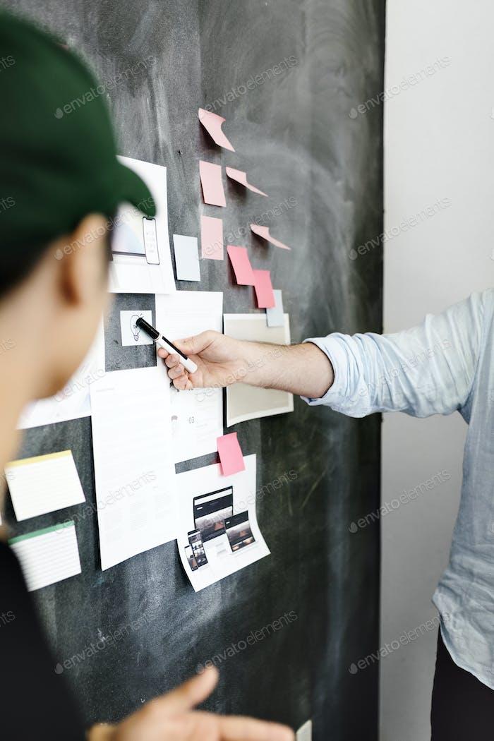 Líder en una empresa startup presentando