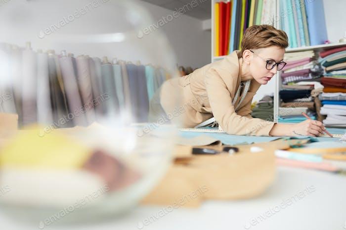 Schneider beschäftigt mit der Herstellung von Kleidung