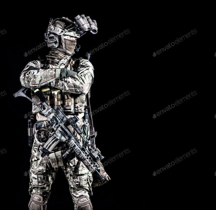 Anti-Terroristen-Kämpfer auf schwarzem Hintergrund