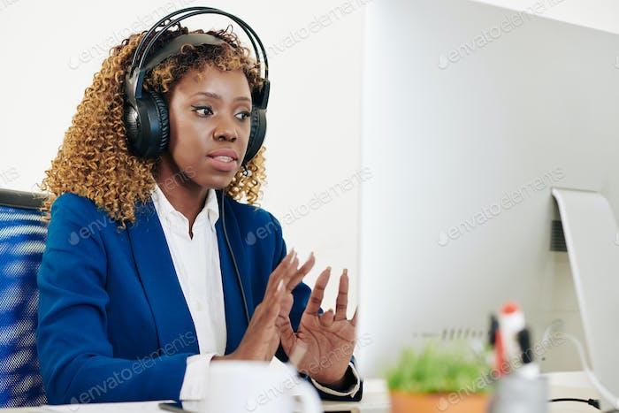 Weiblicher technischer Support opearator