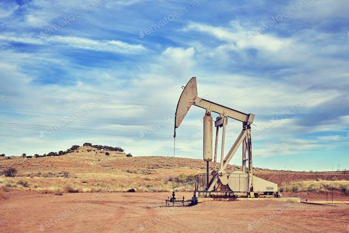 Retro-Tönung Bild einer alten Ölpumpe.
