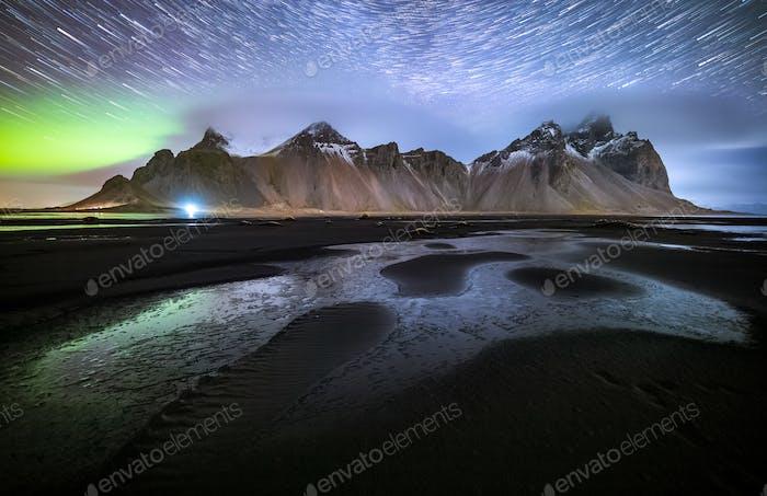 Vestrahorn mit Aurora borealis und Startrails, Stokksnes, Island
