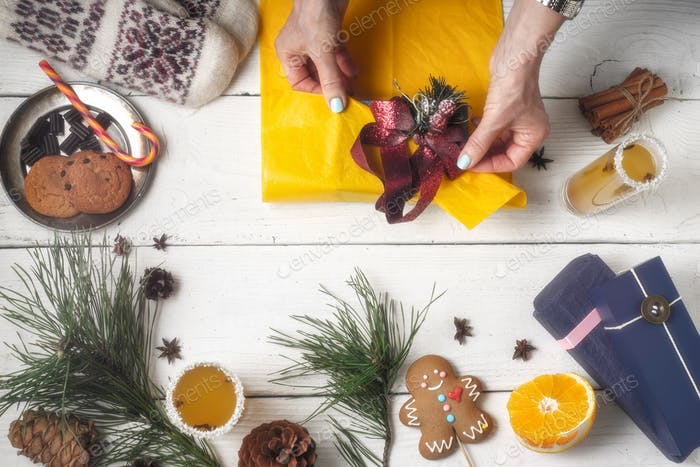 Geschenkverpackung Stillleben auf dem weißen Holzhintergrund Draufsicht