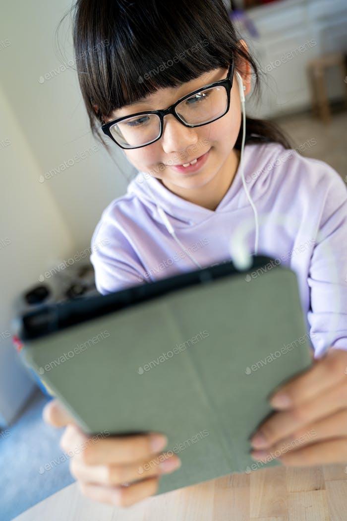 Weibliche Teenager mit digitalem Tablet für Live-Chat