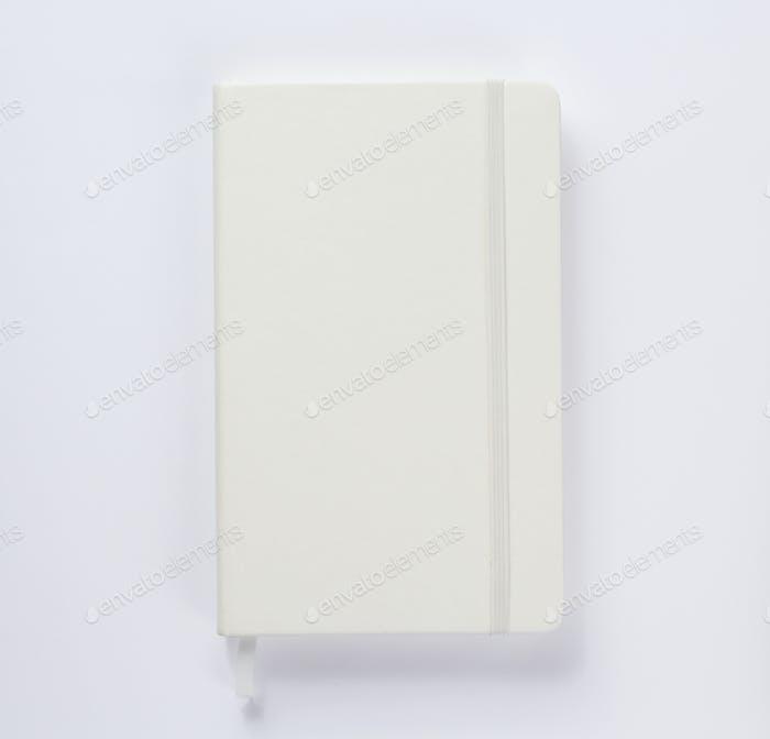 Notizbuch oder Buch auf weißem Hintergrund