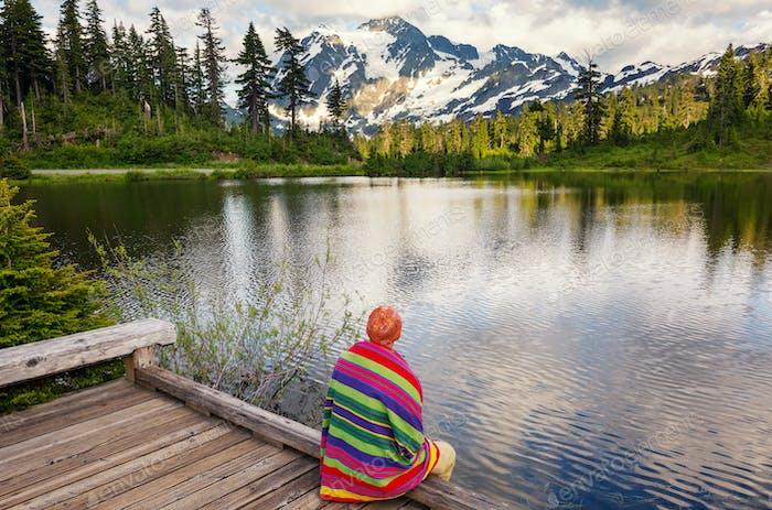 Relajante en el lago de montaña