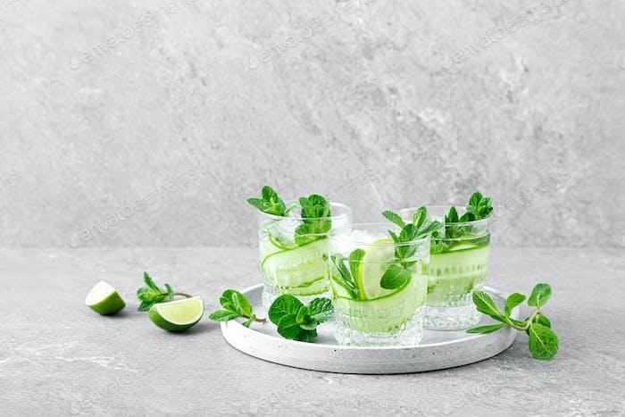 Minze, Limette und Gurke erfrischender Detox-Cocktail mit Eis