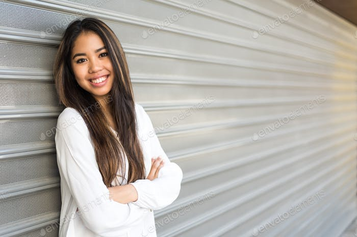 glücklich hübsch 20s junge Frau Student lächelnd
