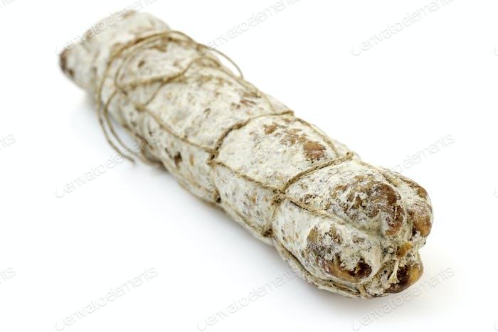 cerca de un típico salami italiano sobre Fondo blanco