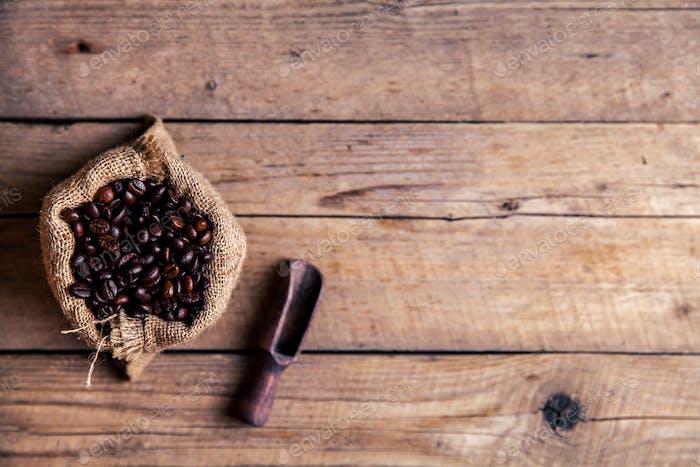 Kaffee, Tasche und Schaufel auf altem rostigen Hintergrund