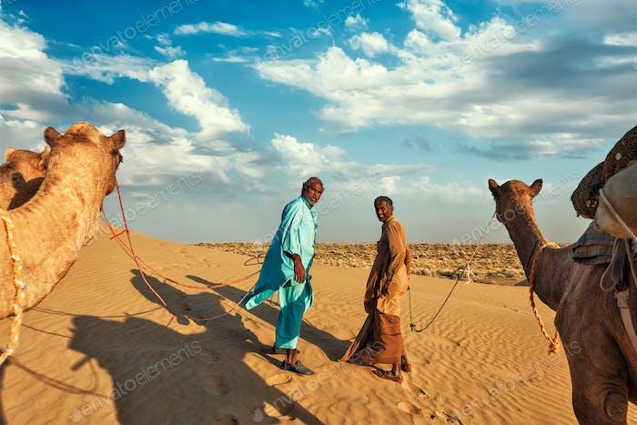 Zwei Kamelfahrer Kamelfahrer mit Kamelen in Dünen von Thar Deser