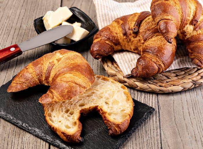 Frische Croissants mit Butter
