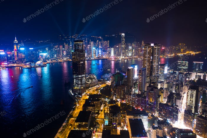Tsim Sha Tsui, Hong Kong, 05. September 2018፦ Drohne fliegen über Kowloon-Halbinsel mit Nachtshow