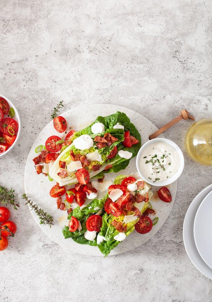 romaine Salat gekrönt mit Speck Tomaten Parmesan, Sauce. Gesunde Keto Paleo Diät Mittagessen