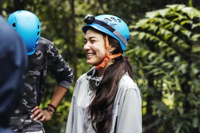 Personas con casco de seguridad para actividades al aire libre