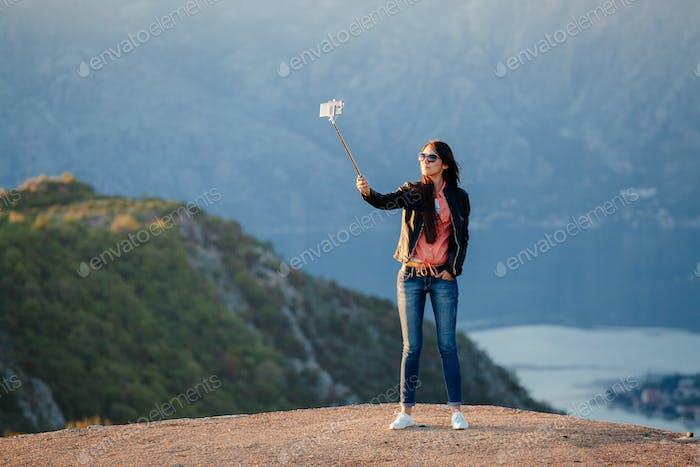 freudige Frau Reisen und Foto selfie