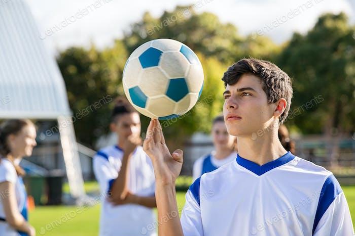 Guy Spinnen Fußball auf Finger