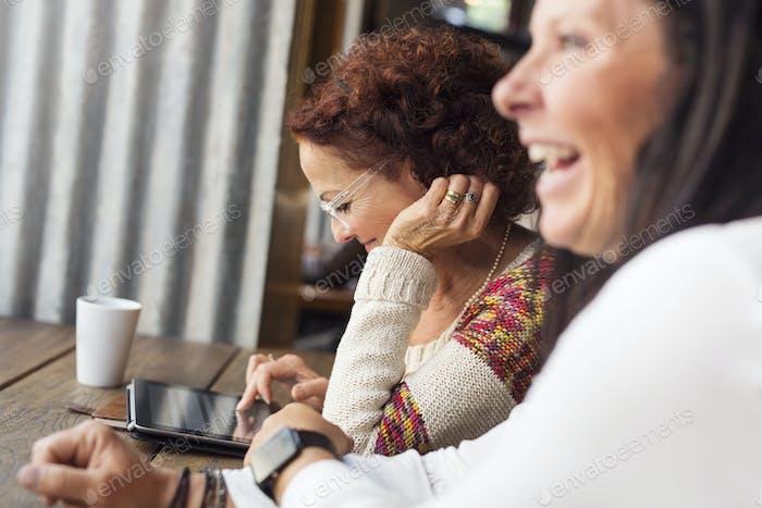 Zwei ältere Frauen planen Arbeit im Restaurant