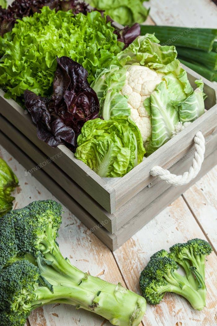 Frisches Bio-Gemüse auf rustikalem Hintergrund