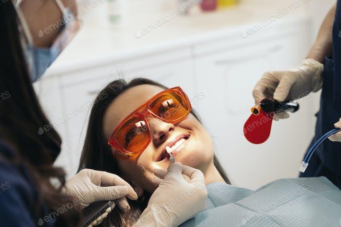 Dentistas con un paciente durante una intervención dental.