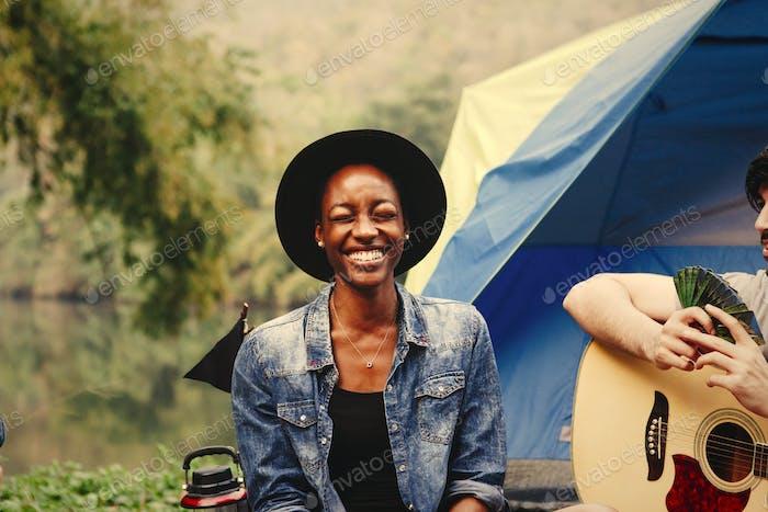 Glückliche Frau auf einem Campingplatz