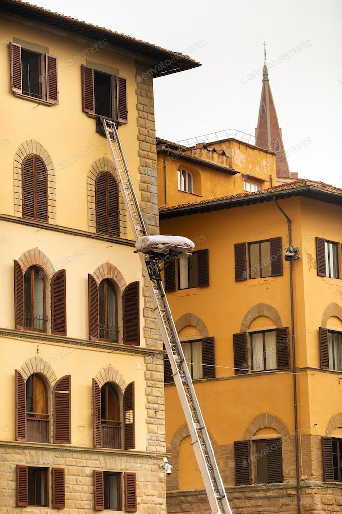 Heben von Fracht in die oberste Etage mit einer großen Treppe im Zentrum von Florenz.Italien.Toskana