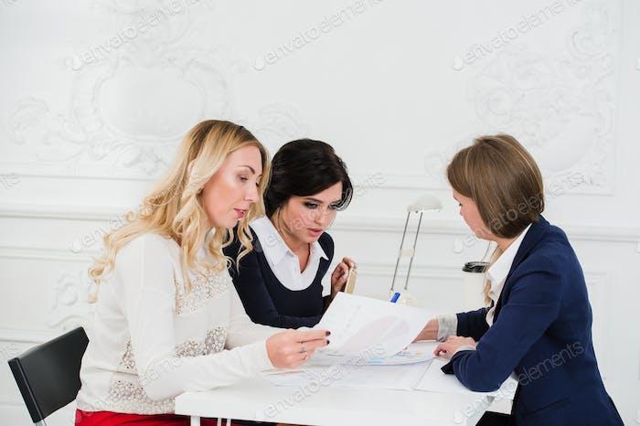 Gelegenes Business-Team mit einem Treffen im Büro