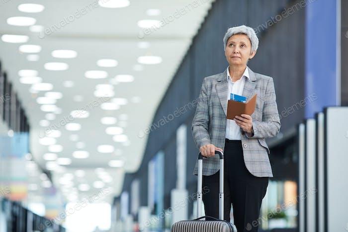 Frau geht zu reisen