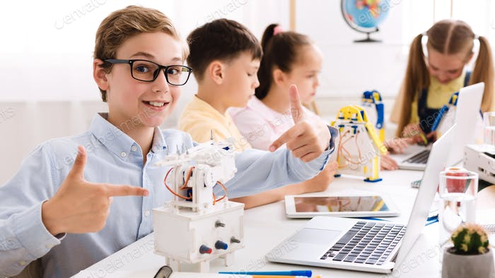 Smart Boy zeigt seinen Roboter, studieren im Klassenzimmer