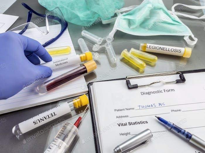 Arzt arbeitet mit Proben von ansteckenden Erkrankungen in einem klinischen Labor