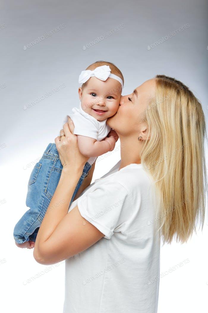 schöne junge Mutter mit Kleinkind Baby Mädchen