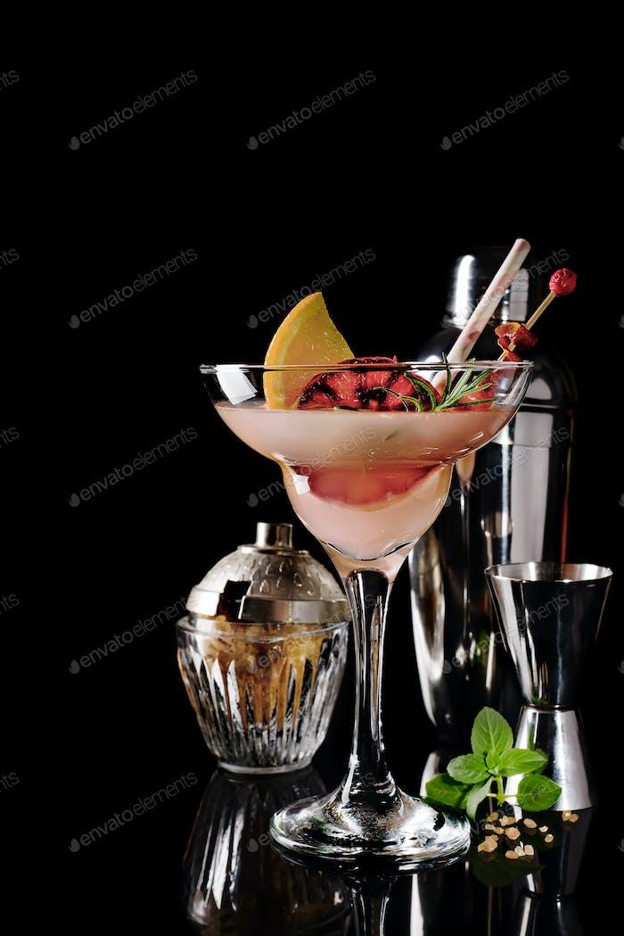 Erfrischende alkoholische Cocktail Margarita mit Zitrusfrüchten auf schwarzem Glashintergrund