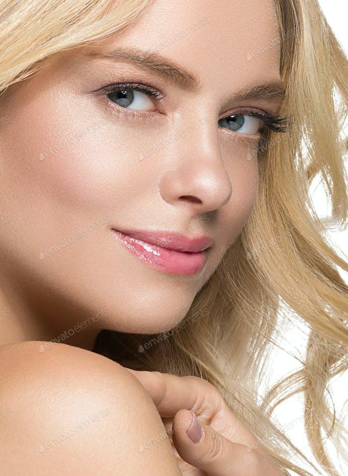 Hermosa rubia con pestañas largas y hermosas y cabello rubio hermosa piel sana y labios rosados