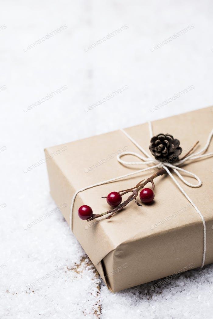 Geschenkbox auf Schnee