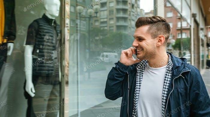Mann blickt auf das Schaufenster eines Ladens