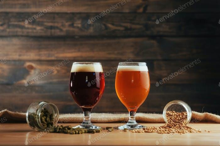 Zwei Gläser Bier auf einem Holztisch Körner