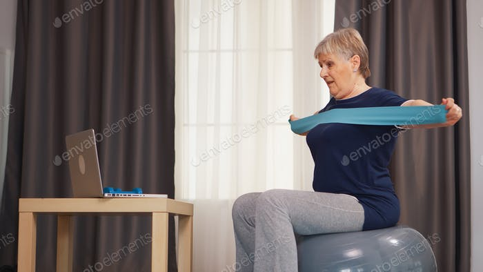 Ältere Frau lernen Sport online