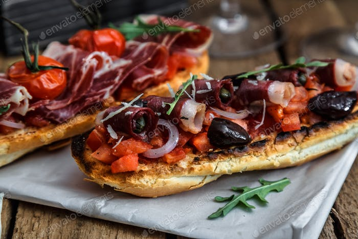 Geräucherte Gänsebrust auf knusprigem Brot mit Tomaten