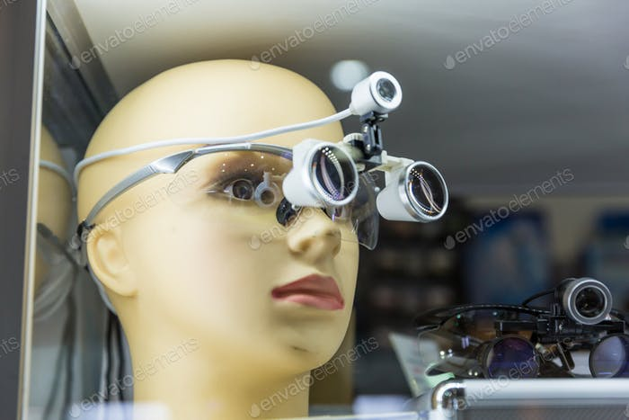 Medical training mannequin head, magnifying glass