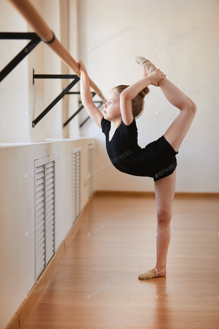 Flexibles kleines Mädchen