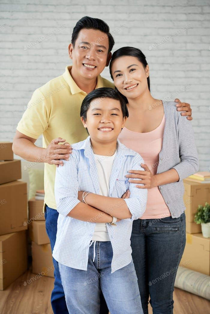 Familia asiática mudarse a nuevo apartamento