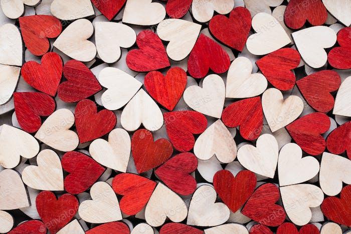 Valentinstag Hintergrund mit weißen Ende roten Herzen auf Holzhintergrund.
