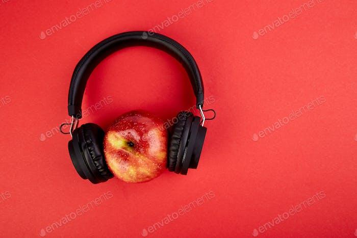 Schwarze Kopfhörer und Apple