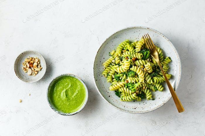 Fusilli mit grüner Pesto-Sauce
