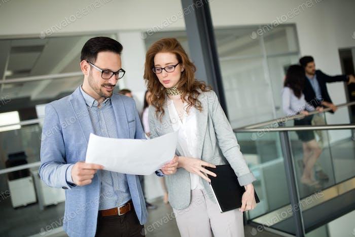 Trabajo en equipo Corporativa jóvenes colegas en la oficina Moderno