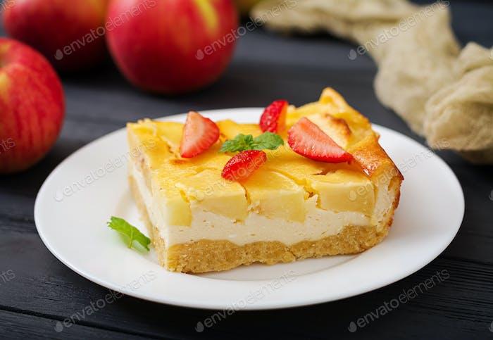 Appetitliche Hüttenkäseauflauf mit Äpfeln