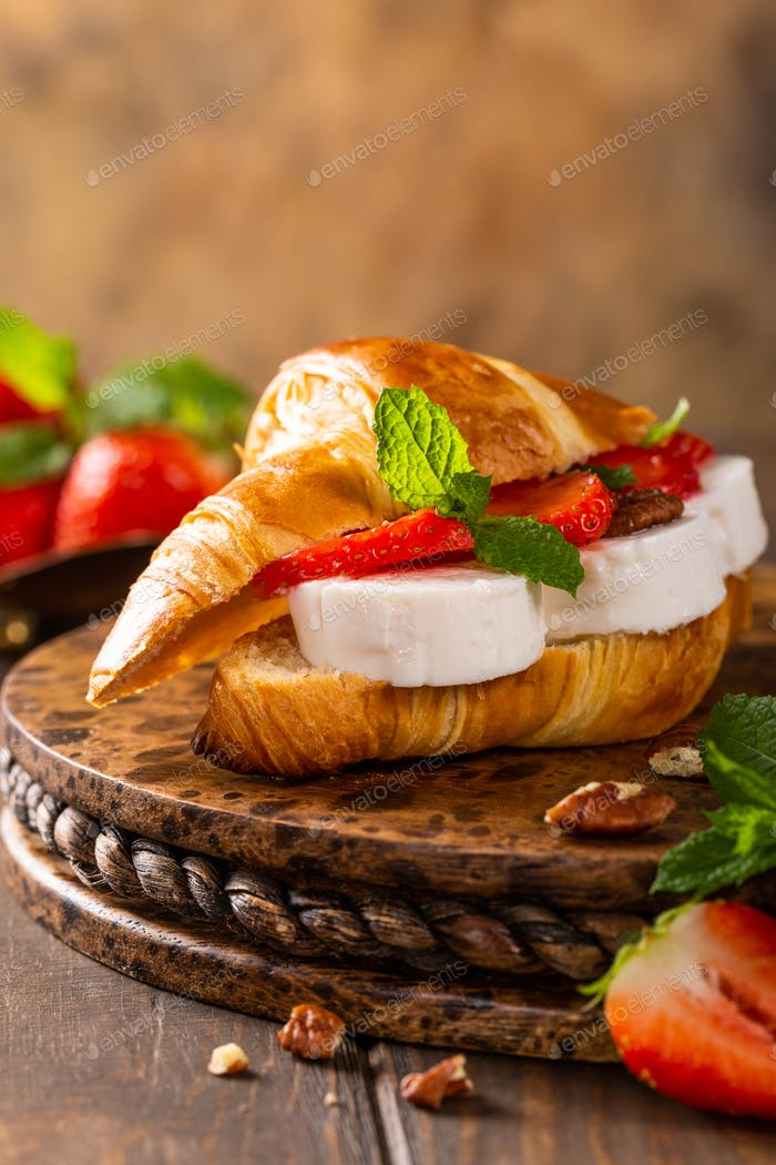 Sandwich croissant with goat cheese
