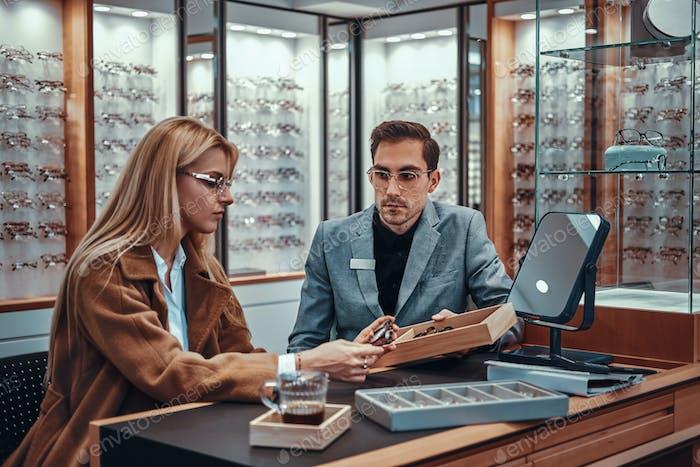 Lady wählt neue Brille im Geschäft