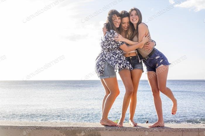 grupo de 25 años de edad niñas abrazar y reír juntos en unas vacaciones de amistad